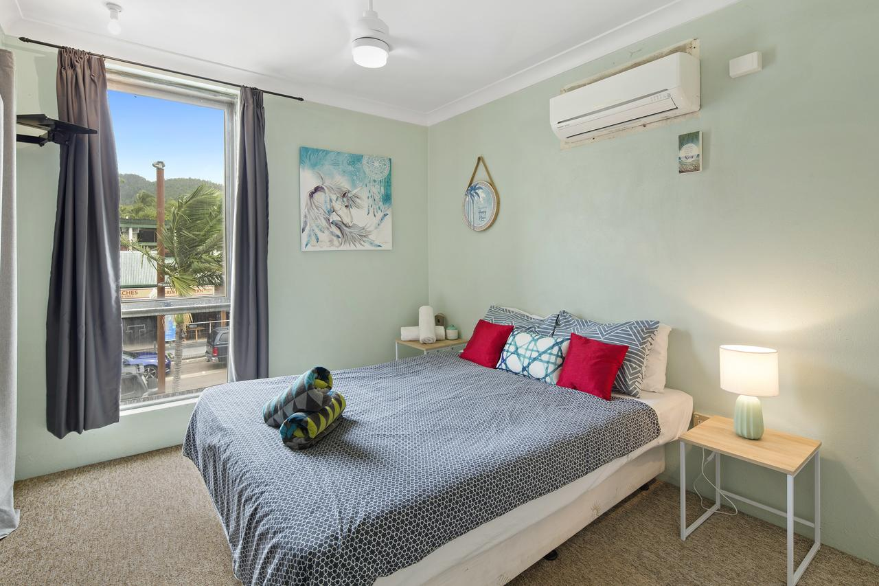 Location 2BR Town View Unit in Centre of Airlie. - Surfers Gold Coast