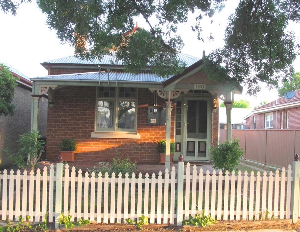Acacia Cottage on Peel Bathurst - Surfers Gold Coast